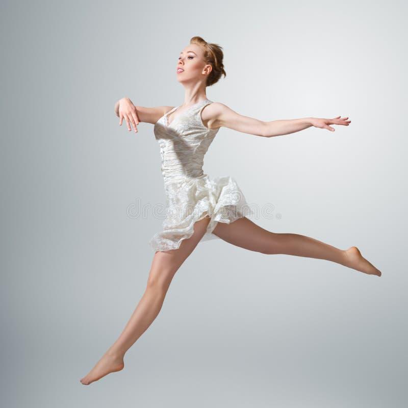 Jeune belle ballerine photo stock