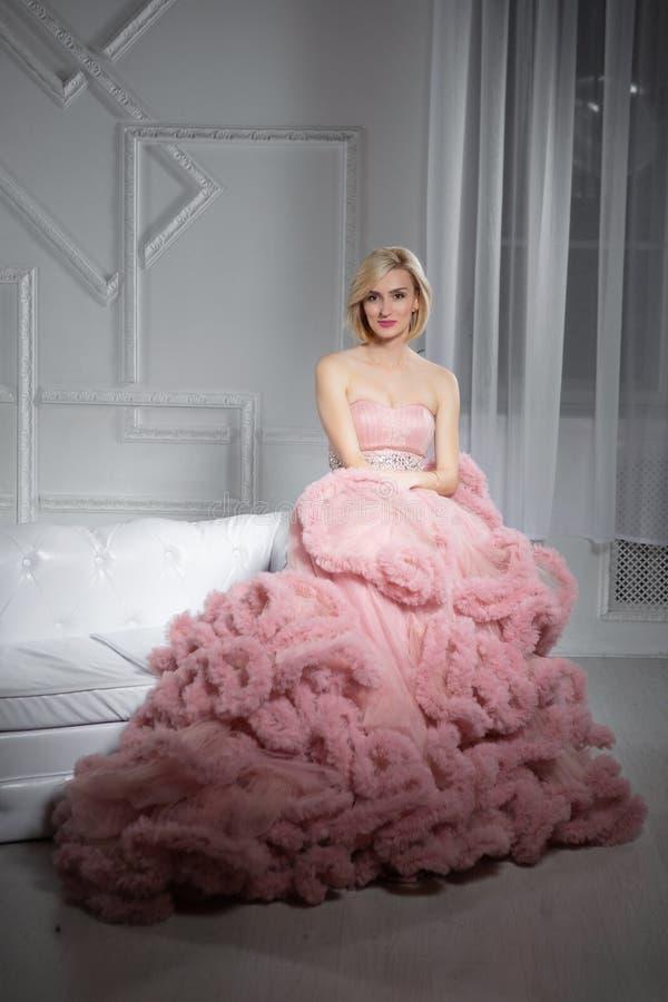 Jeune belle blonde posant dans le studio photo libre de droits