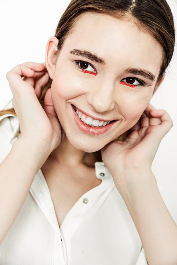 Jeune belle brune sérieuse de portrait dans la chemise blanche photos libres de droits