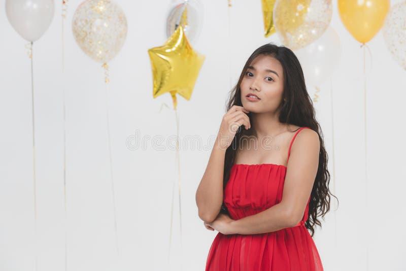 Jeune belle dame asiatique dans la robe rouge image libre de droits