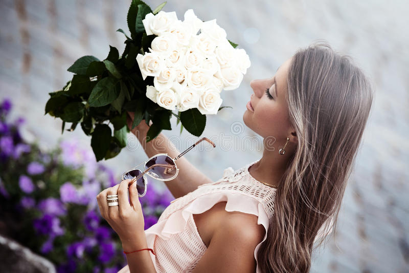 Jeune belle dame avec un bouquet des roses image libre de droits