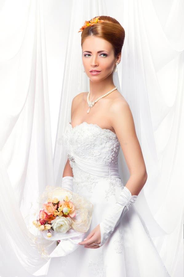 Jeune, belle et émotive jeune mariée photos libres de droits