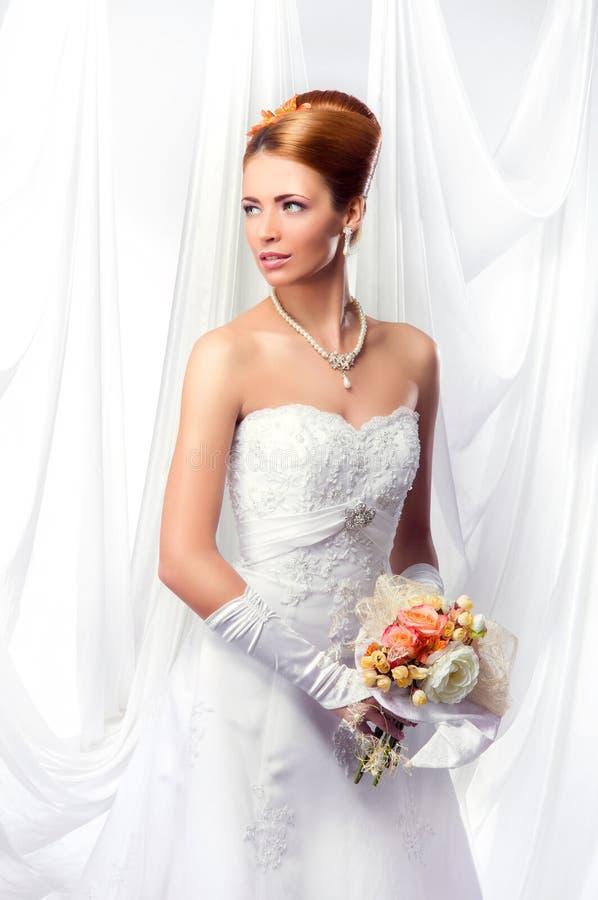 Jeune, belle et émotive jeune mariée image libre de droits