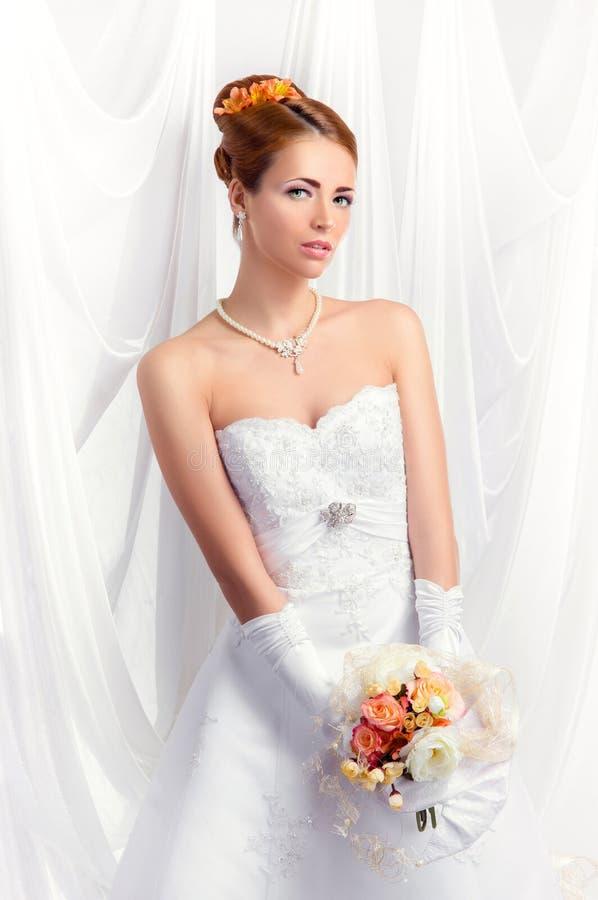 Jeune, belle et émotive jeune mariée photographie stock libre de droits