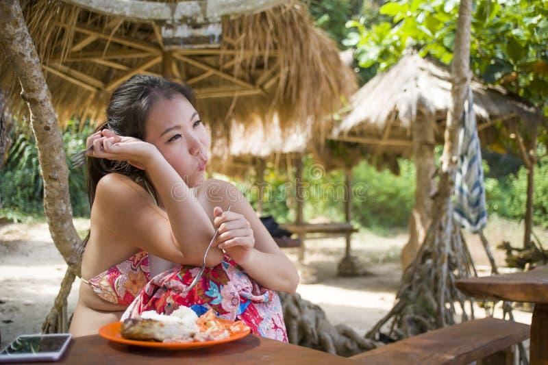 jeune belle et heureuse femme coréenne asiatique dans le bikini prenant le brunch ou le petit déjeuner de déjeuner à la station b photographie stock libre de droits