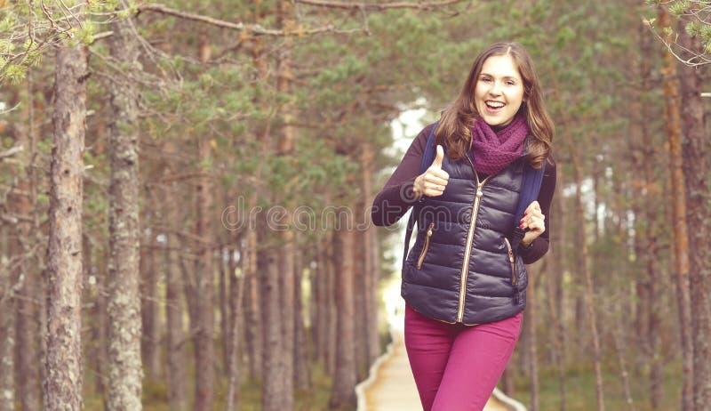 Jeune, belle et heureuse femme marchant dans le camp de forêt, avènement photographie stock libre de droits