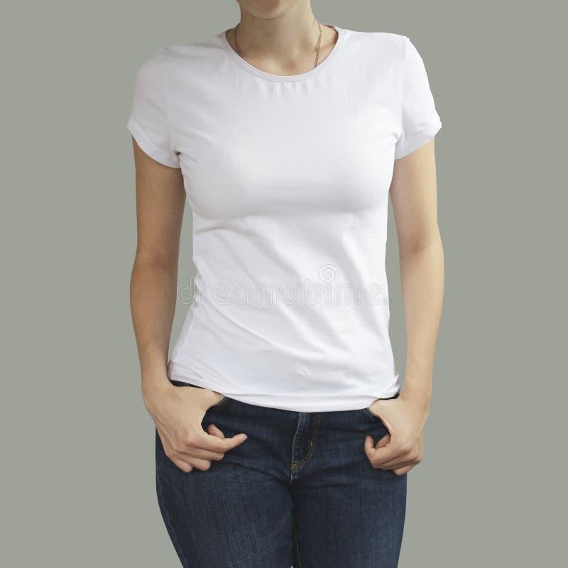 Jeune belle femelle sexy avec la chemise blanche vide, avant prêt photos libres de droits