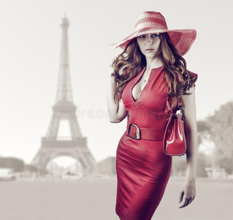 Jeune belle femme à Paris, France images libres de droits