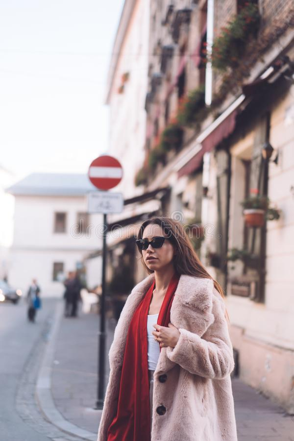 Jeune belle femme élégante marchant dans le manteau rose photo stock