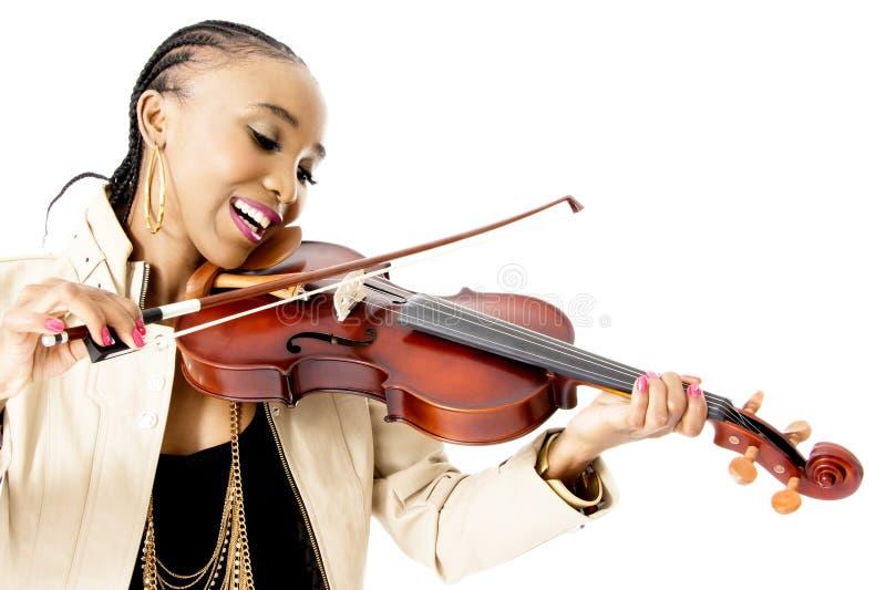 Jeune belle femme africaine jouant le violon, tir de studio images stock