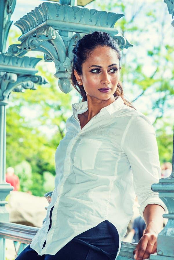 Jeune belle femme américaine indienne est détendant, pensée extérieure à New York photographie stock