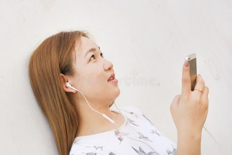 Jeune belle femme appréciant la musique photos stock