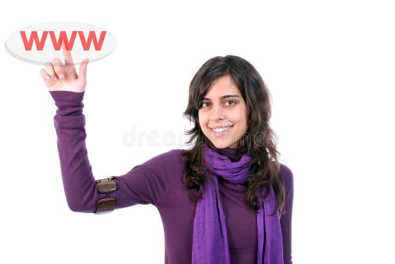 Jeune belle femme, appuyant sur la touche de WWW photographie stock libre de droits