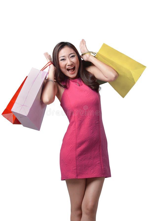 Jeune belle femme asiatique se tenant dans son sort de mains d'achats image stock