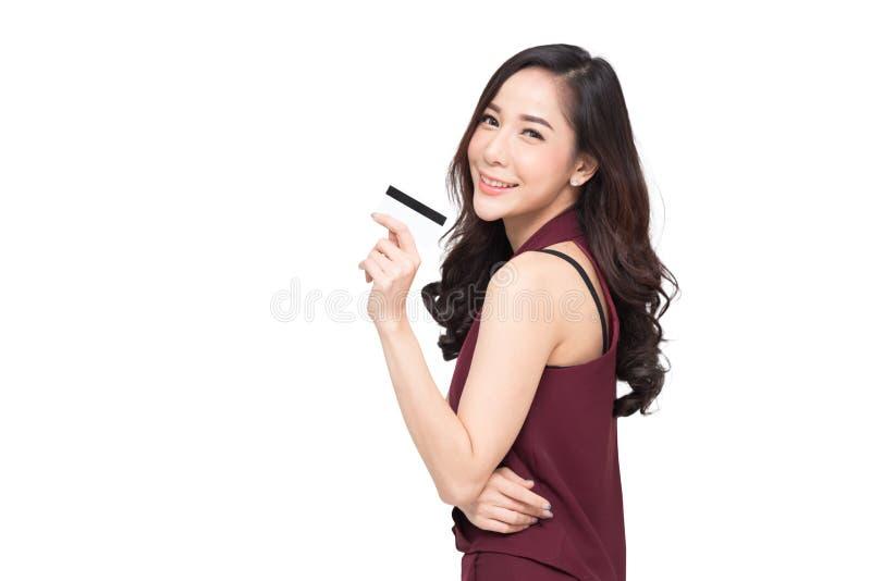 Jeune belle femme asiatique souriant, représentation, présentant la carte de crédit images stock