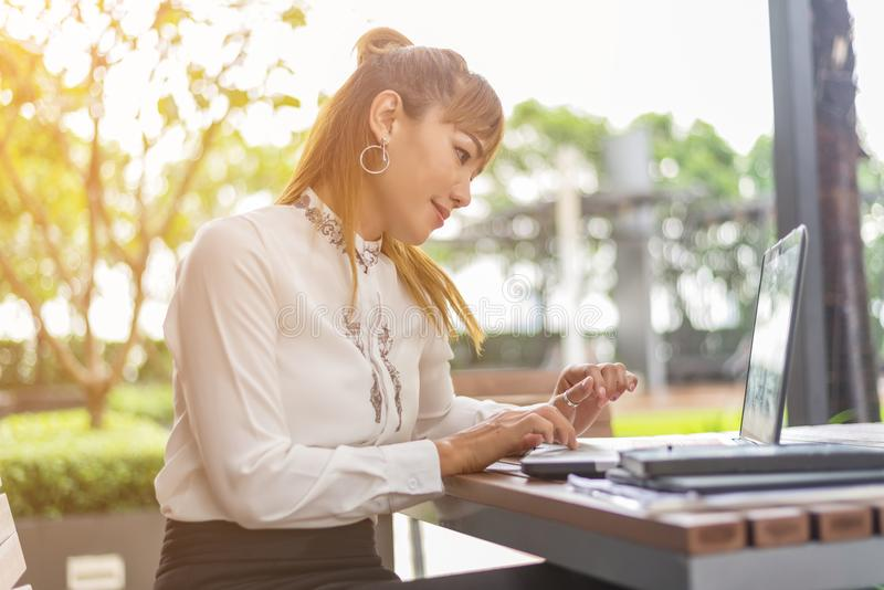 Jeune belle femme asiatique travaillant en café de café photographie stock libre de droits