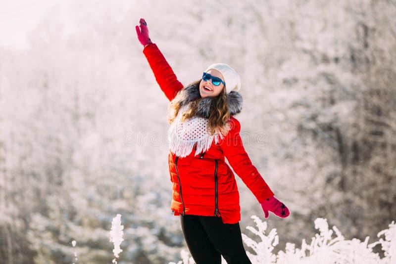 Jeune belle femme assez caucasienne de fille dans des lunettes de soleil bleues D images libres de droits