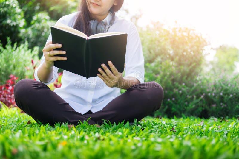 Jeune belle femme assez décontractée lisant un livre à garde photographie stock libre de droits