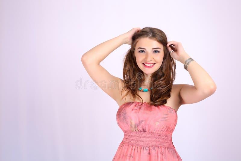 Jeune belle femme avec de grands seins et cheveux sains photo stock