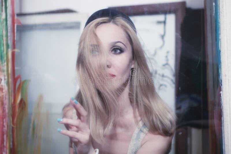 Jeune belle femme avec de longs cheveux blonds photographie stock