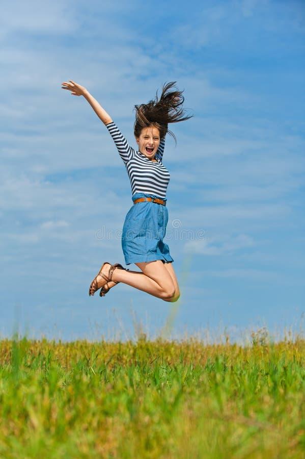 Belle femme sautant haut image libre de droits