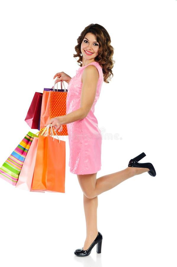 Jeune belle femme avec des sacs à provisions d'isolement sur le blanc photos libres de droits