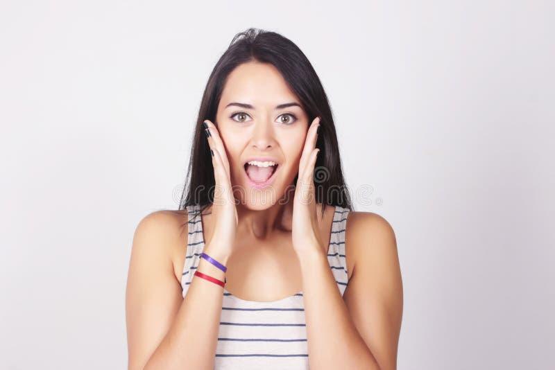 Jeune belle femme avec l'expression étonnée photo stock