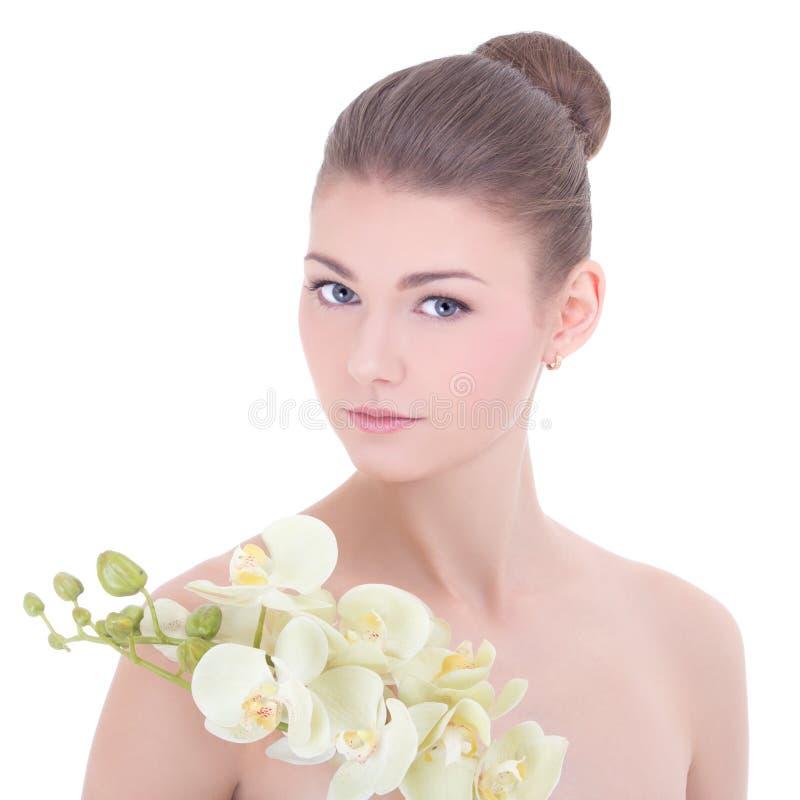 Jeune belle femme avec la fleur d'orchidée d'isolement sur le blanc images stock