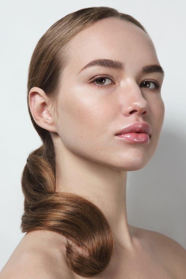 Jeune belle femme avec le maquillage propre photo libre de droits