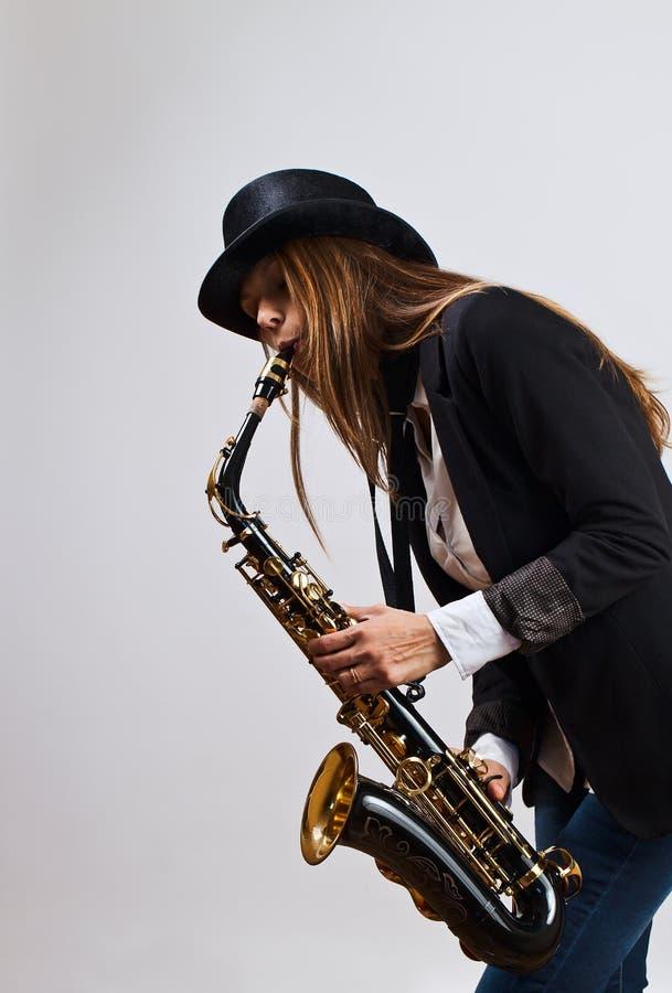 Jeune belle femme avec le saxophone photos libres de droits