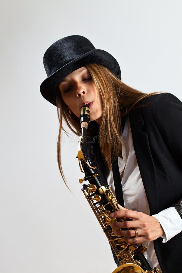 Jeune belle femme avec le saxophone photo stock