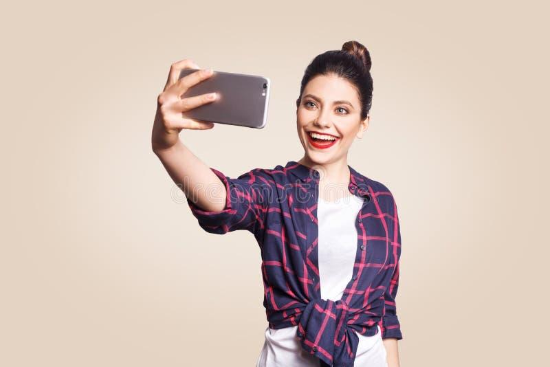 Jeune belle femme avec le téléphone intelligent photos stock