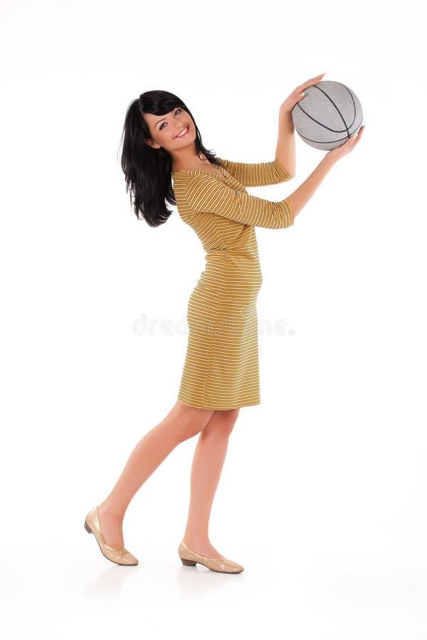 Jeune belle femme avec une boule photographie stock libre de droits