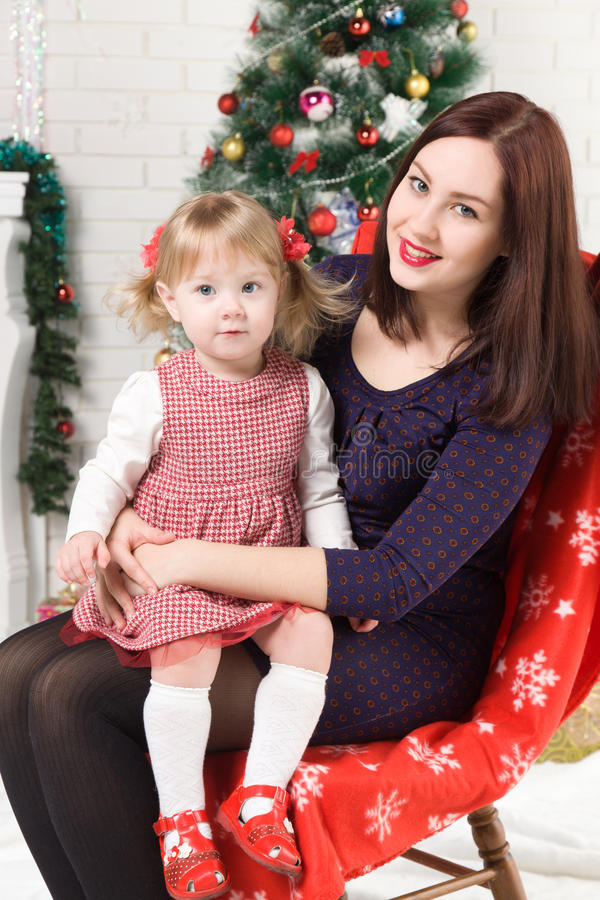 Jeune belle femme avec vous fille près de l'arbre de Noël photo libre de droits