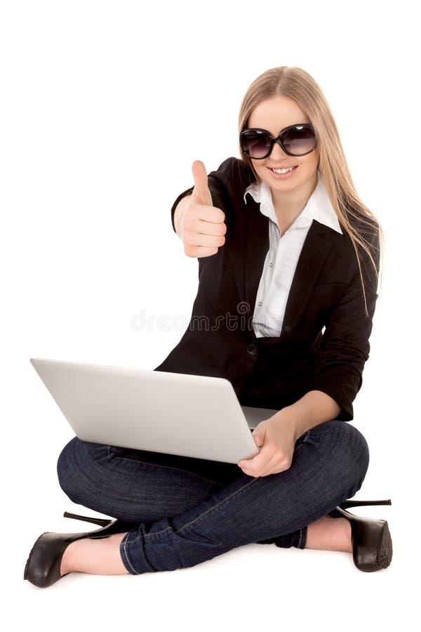 Jeune belle femme blonde ayant des achats en ligne photos libres de droits