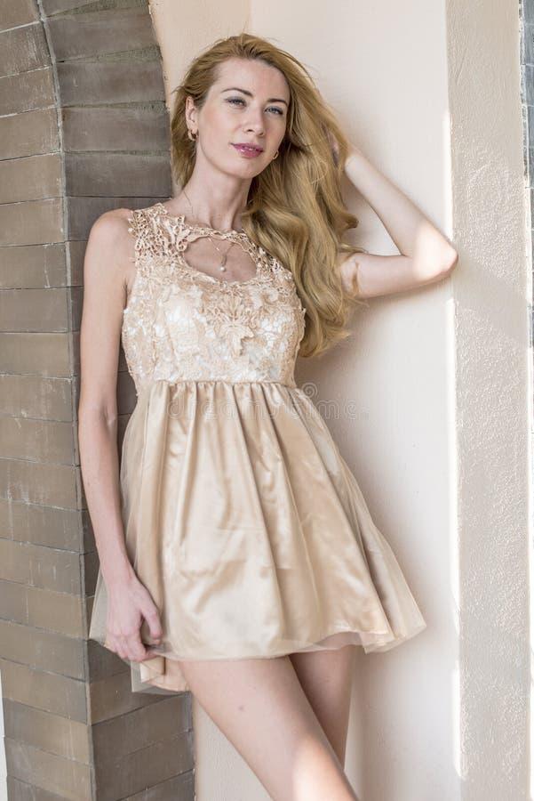 Jeune belle femme blonde dans une belle robe en parc d'été photographie stock