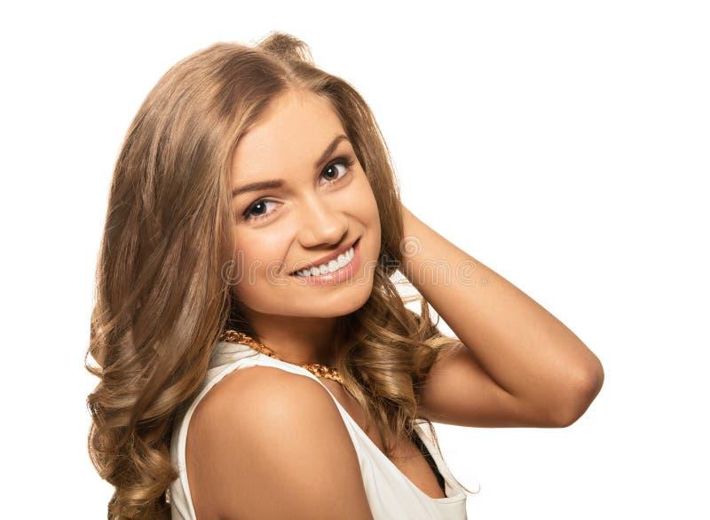 Jeune belle femme blonde de portrait avec les yeux bruns d'isolement sur W photos libres de droits