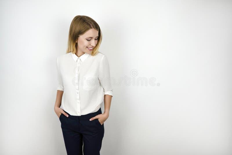 Jeune belle femme blonde de sourire d'affaires après fond blanc d'isolement par entrevue réussie image libre de droits