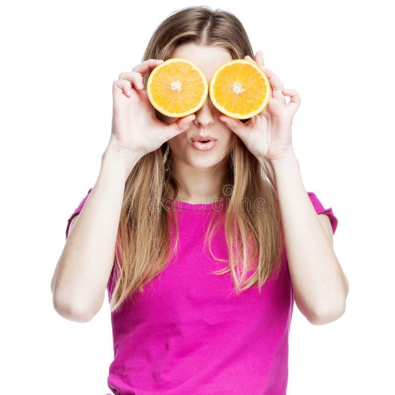 Jeune belle femme blonde tenant l'orange image libre de droits