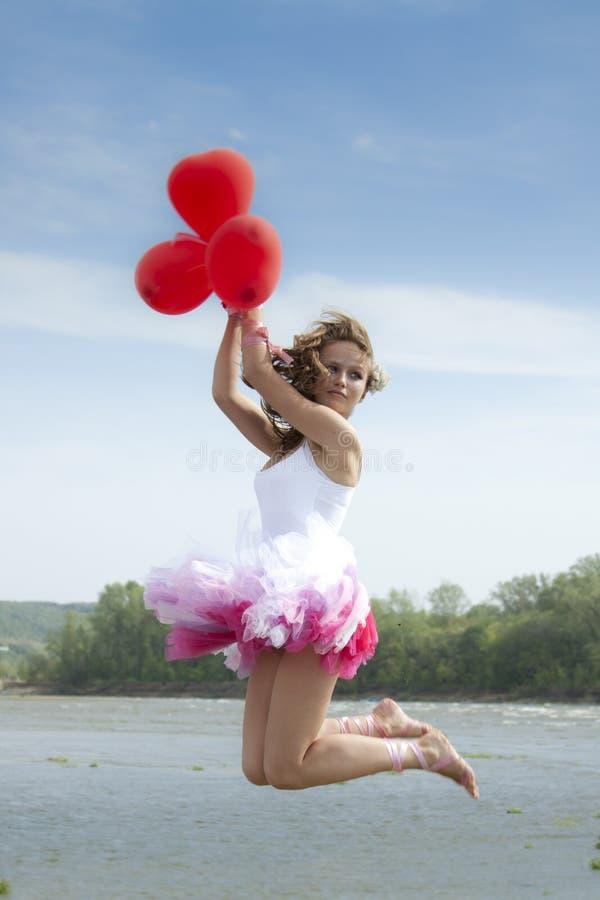 Jeune belle femme branchant avec des ballons. photos stock