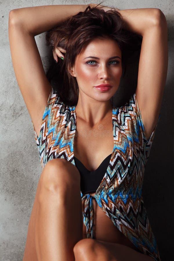 Jeune belle femme bronzée sexy avec le maquillage propre images stock