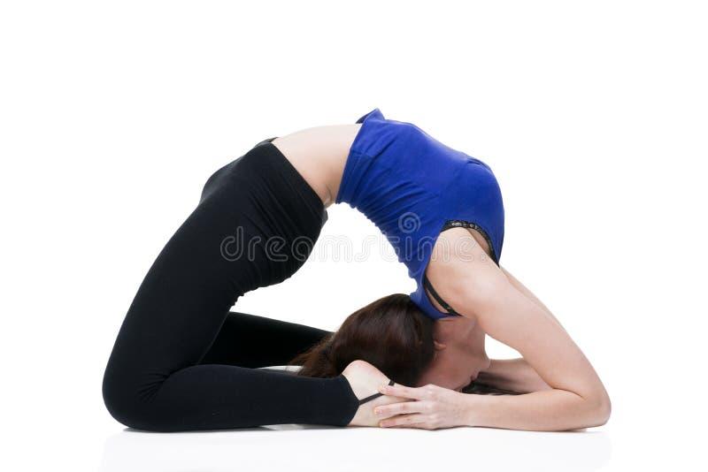 Jeune belle femme caucasienne dans la pose de yoga dans le studio d'isolement sur le fond blanc photographie stock