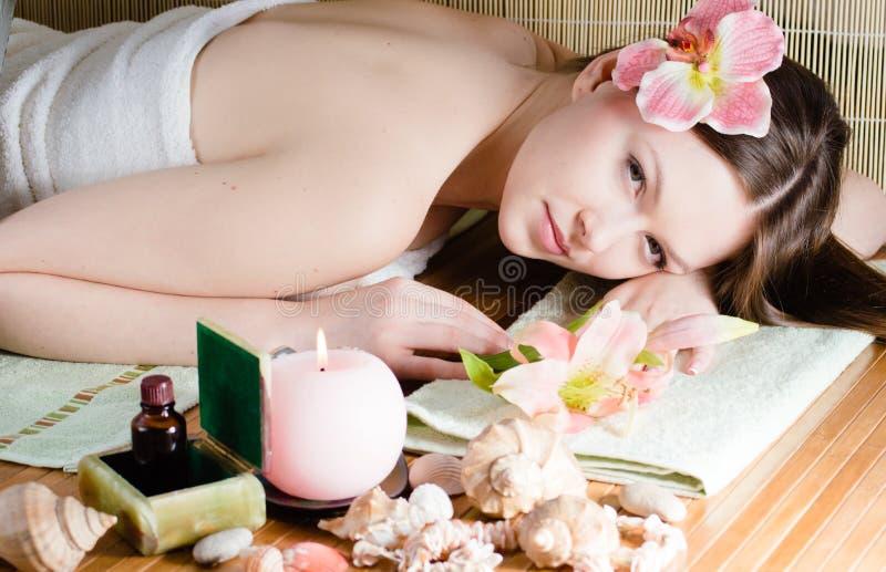 Jeune belle femme détendant dans le salon de station thermale photo libre de droits