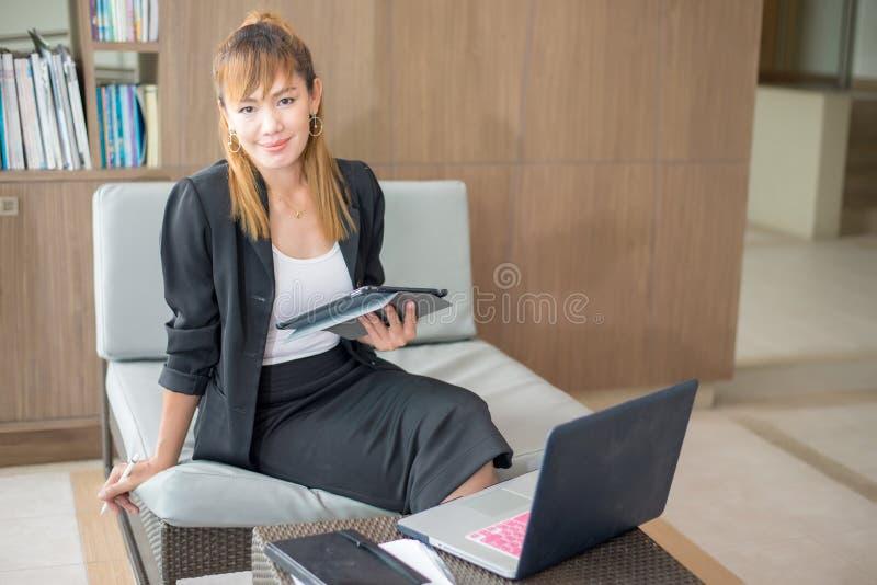 Jeune belle femme d'affaires asiatique dans le bureau images stock