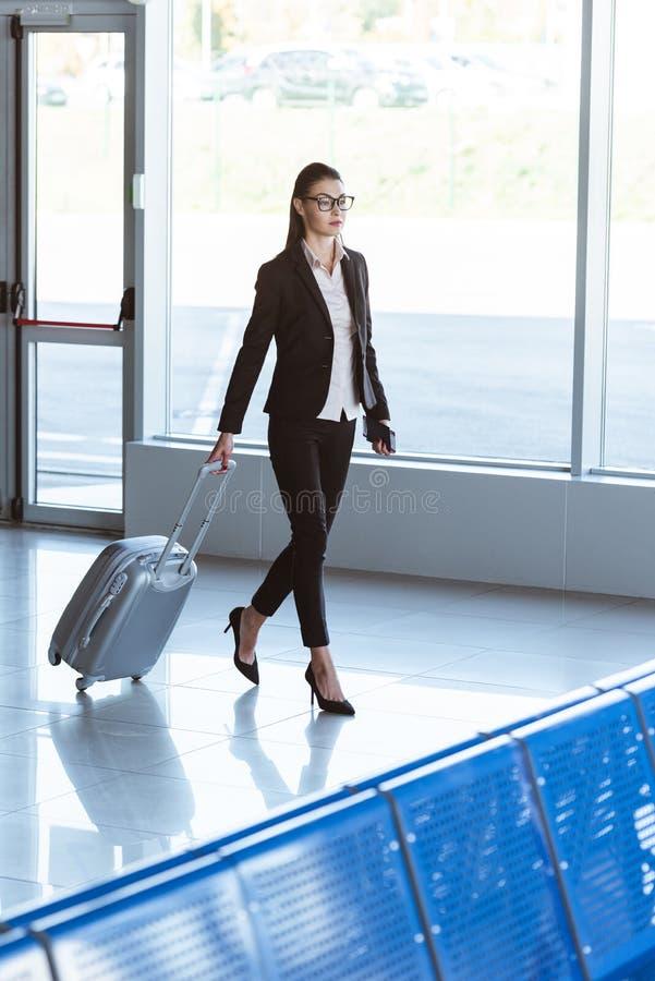 jeune belle femme d'affaires marchant avec des bagages photos libres de droits
