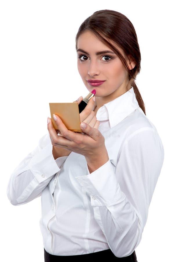 Jeune belle femme d'affaires mettant le maquillage - image courante photo stock