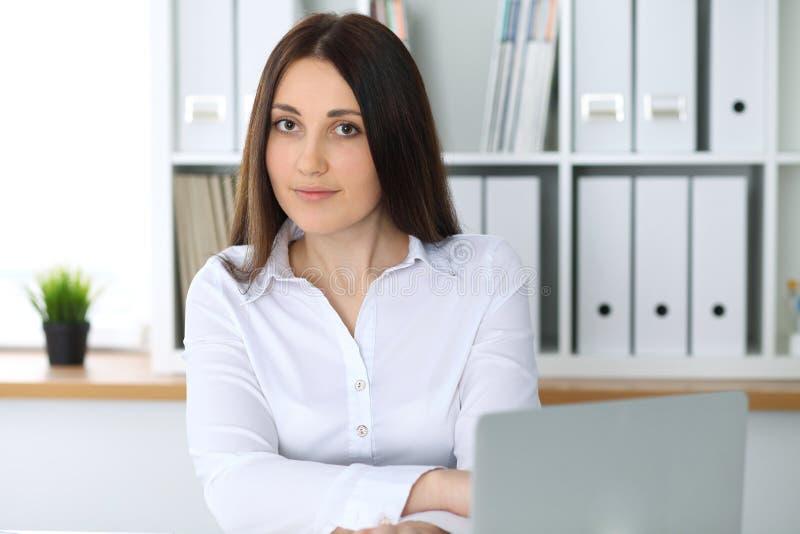 Jeune belle femme d'affaires ou comptable féminin sûr dans le bureau Fille d'étudiant pendant la préparation d'examen Audit, impô photo libre de droits
