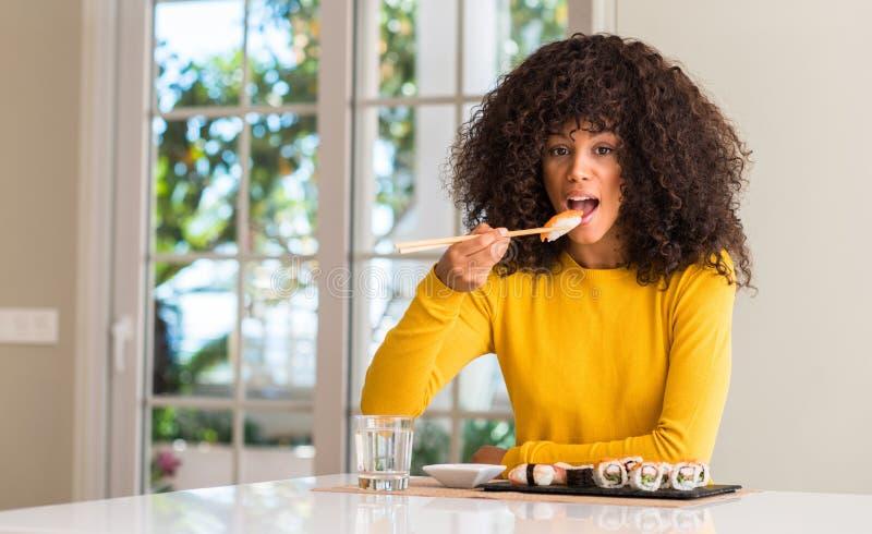 Jeune belle femme d'afro-américain à la maison photo stock