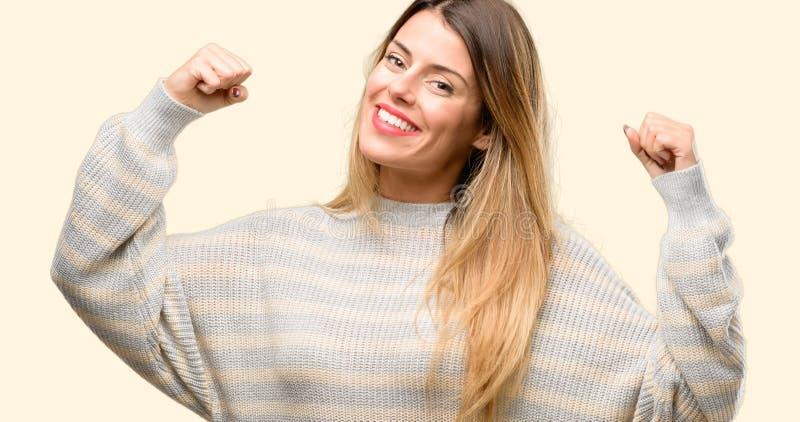 Jeune belle femme d'isolement au-dessus du fond jaune photo libre de droits
