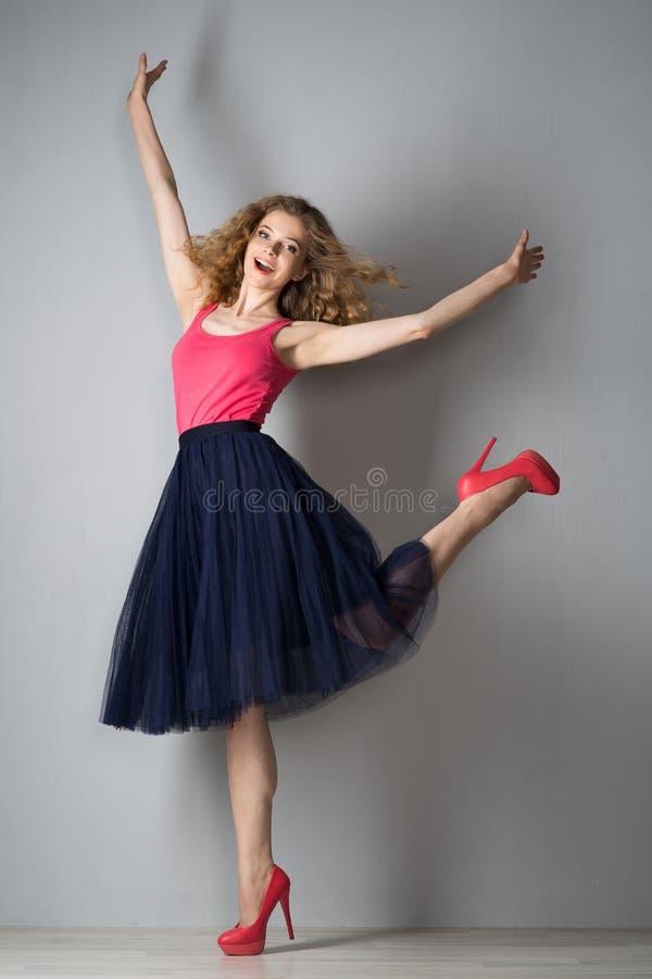 Jeune belle femme dans des chaussures roses photo libre de droits